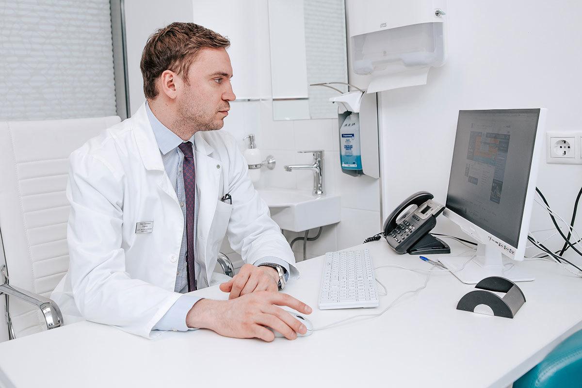 Бумажные медицинские карты устарели как явление. Мы создаём специальные базы, которые позволяют нашим врачам мгновенно получить необходимые данные о пациенте.