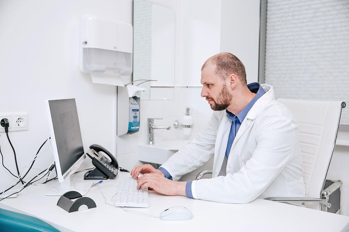 Вы можете написать письмо на электронный адрес нашей клиники и указать имя доктора, к которому хотели бы обратиться. Наши врачи сами отвечают на письма пациентов.