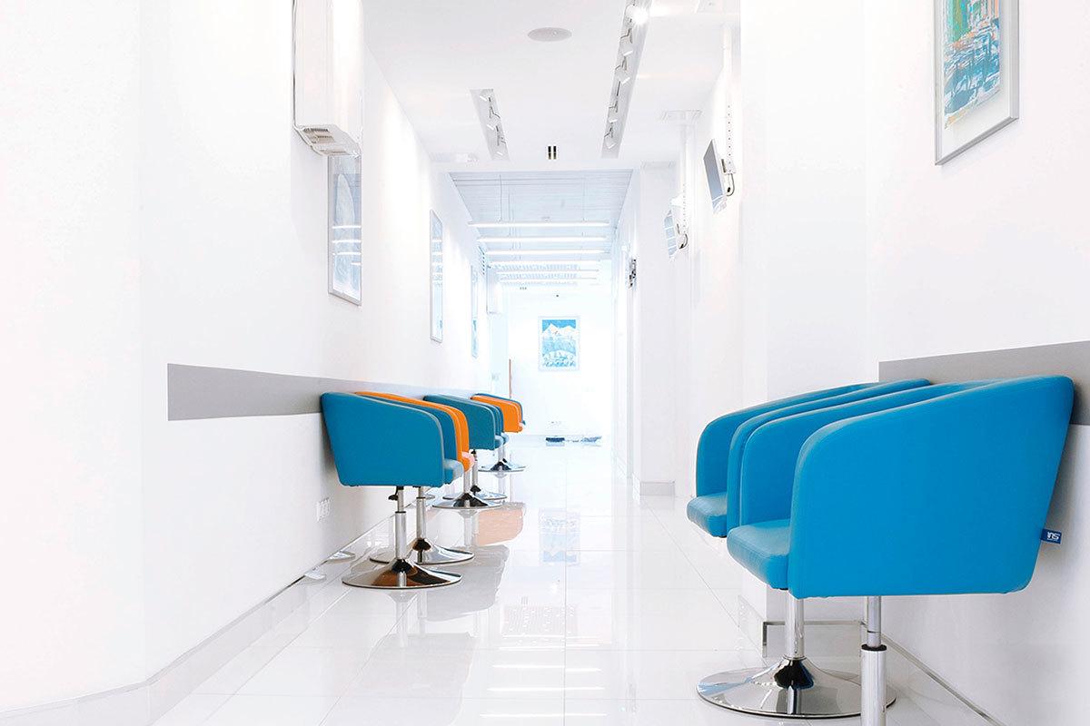Наша цель — здоровье пациента. Для успешного лечения очень важно спокойствие. Цвета в интерьере клиники подобраны именно для создания атмосферы спокойствия.