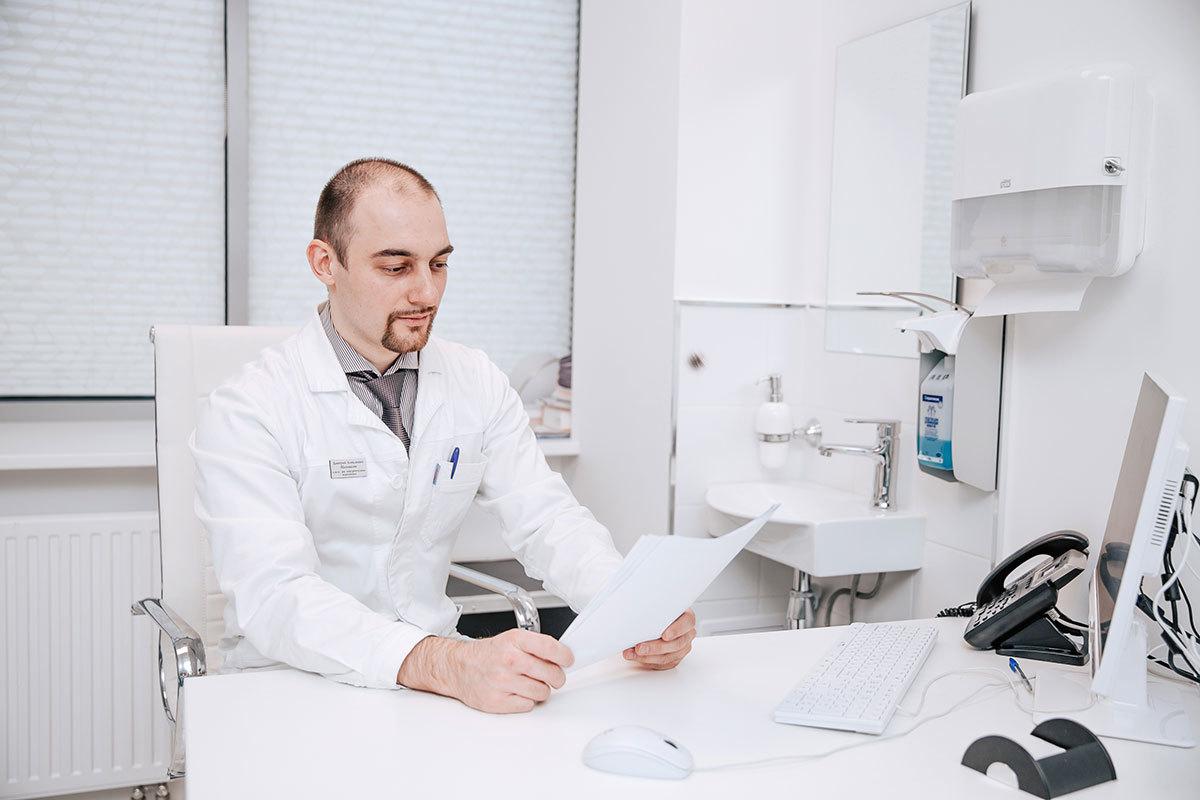 Работа доктора — это не только осмотры, лечебные процедуры и операции. Изучение результатов анализов, оформление документов и справок требует много времени и сил.