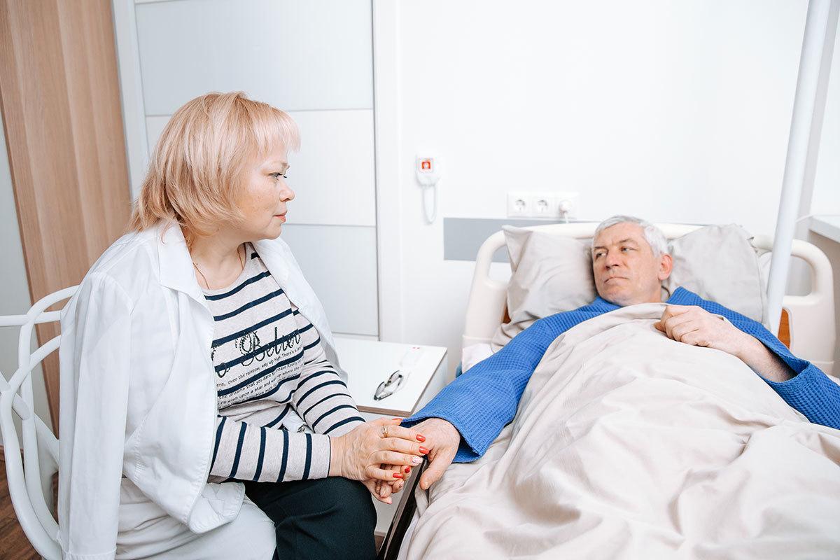 Мы знаем, насколько важна поддержка в тяжёлой ситуации. Именно поэтому в клинике «Медицина 24/7» посещения близких пациента не ограничены по времени.