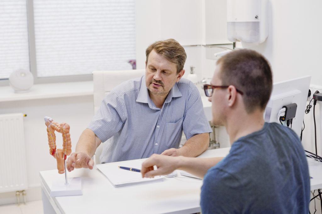 30 лет врачебной практики научили профессора объяснять самые сложные диагнозы самыми понятными словами.