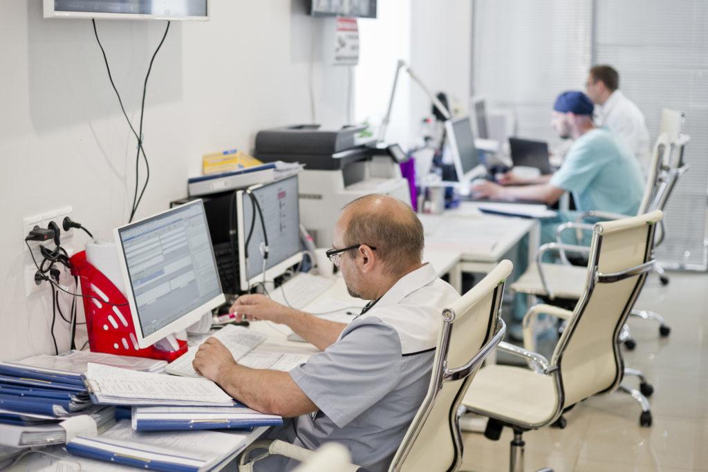 Лечение — это не только медицинские манипуляции. Наши доктора сами вносят подробные данные о диагнозе и лечении в карту пациента, поэтому знают каждого пациента.